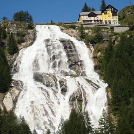 1) la cascata del Toce, in Piemonte, una delle più alte d'Europa